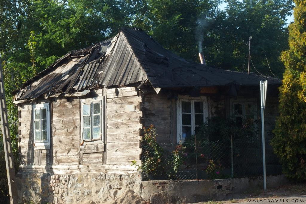 zniszczony wiejski dom