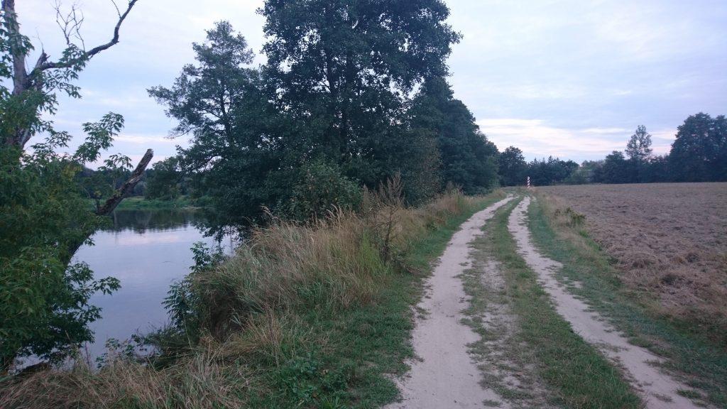 nadbużański szlak rowerowy, droga polna wzdłuż bugu