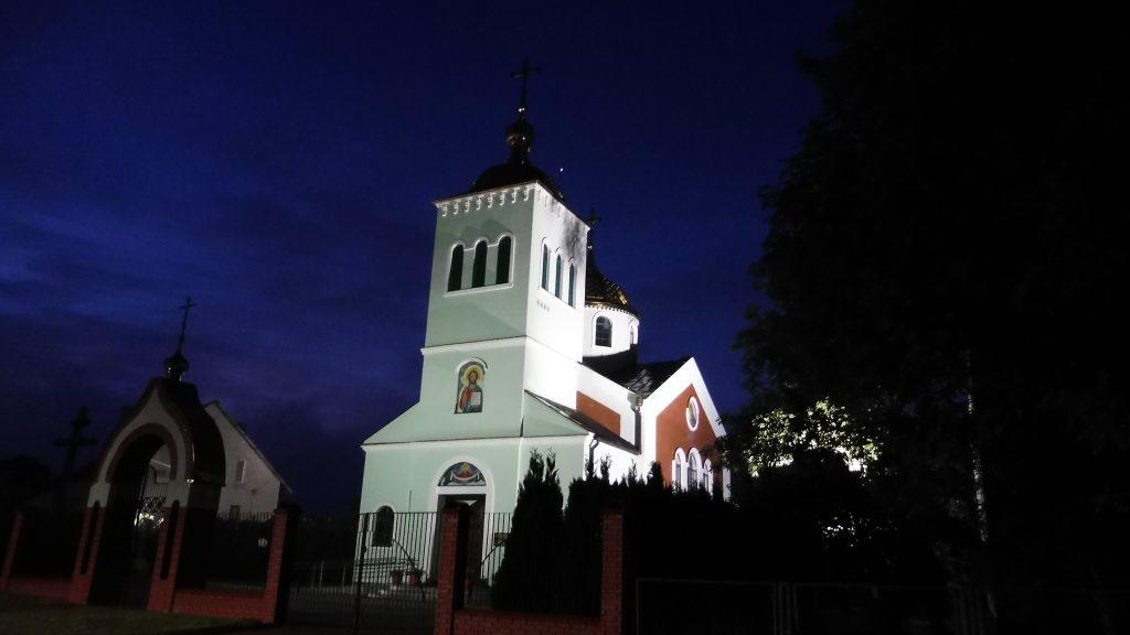 cerkiew w kodniu nocą