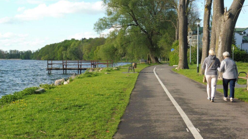ścieżka rowerowa nad jeziorem