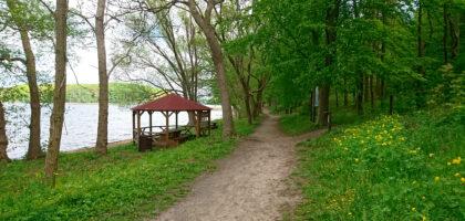 ścieżka nad jeziorem ińsko